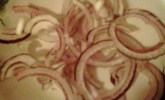 Салат из краснокочанной капусты и семги с сыром Джюгас