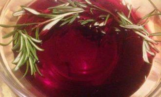 Маринованные в вине перепела, запеченные с овощами и беконом