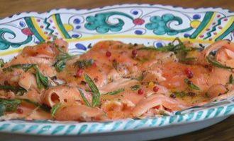 Карпаччо из семги с розовым перцем