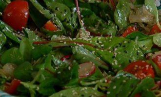Зеленый салат с редиской, помело и помидорами черри