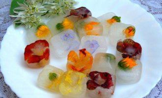 Напиток из календулы с цветочным льдом