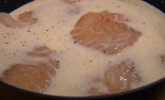 Треска в молочном соусе с петрушкой и укропом