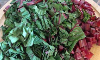 Салат из молодой свеклы с листвой