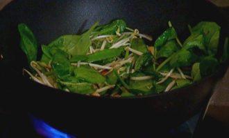 Острый рис с кешью, шпинатом и зеленым горошком