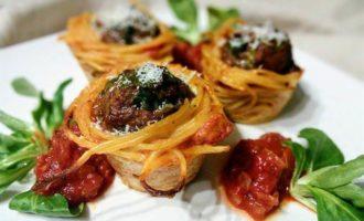 Тефтели в гнездах из спагетти