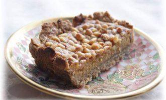 Пирог с кедровыми орешками и медовым заварным кремом