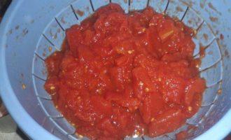 Медальоны из телятины с томатным соусом и сыром моцарелла