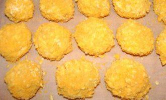 """Сырные шарики с начинкой в ореховой панировке под """"пьяной"""" клюквой"""