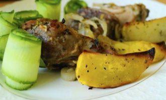 Свинина в нежном лимонном маринаде с картофельным дольками