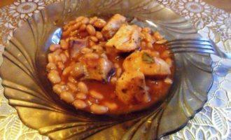Куриное филе с фасолью в томатном соусе