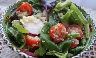 Овощной салат с кус-кусом и моцареллой