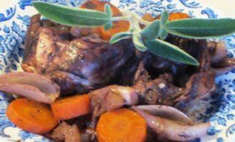 Кролик, маринованный в красном вине, с овощами